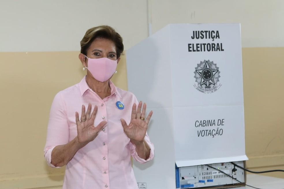 Professora Elizabeth (PSD) votou por volta das 9h no Colégio Estadual Presidente Kennedy — Foto: Assessoria/Divulgação