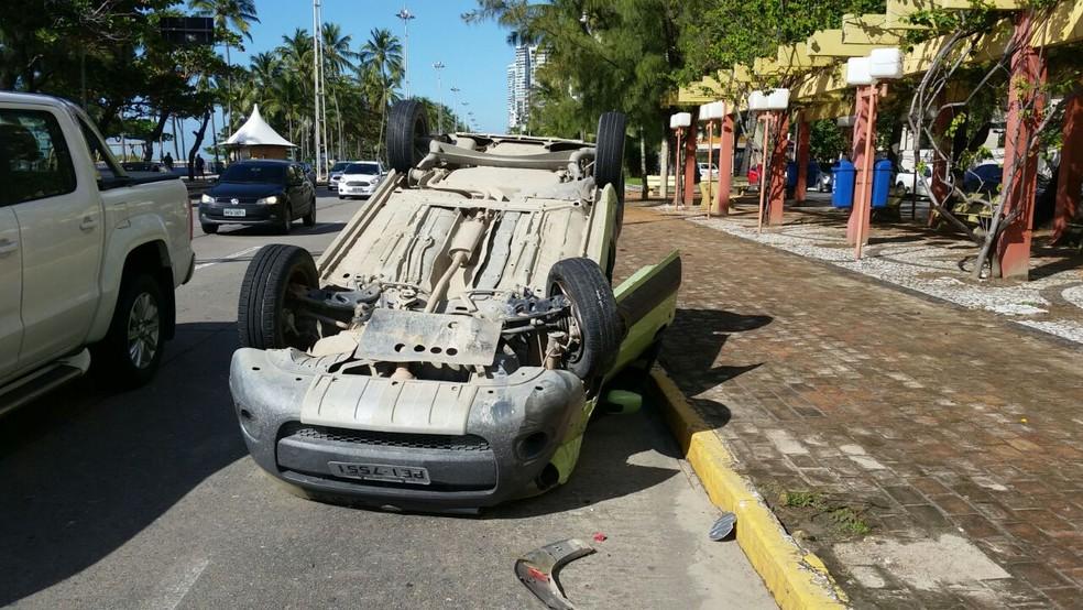 Resultado de imagem para Carro capota após colidir com outro veículo na Zona Sul do Recife