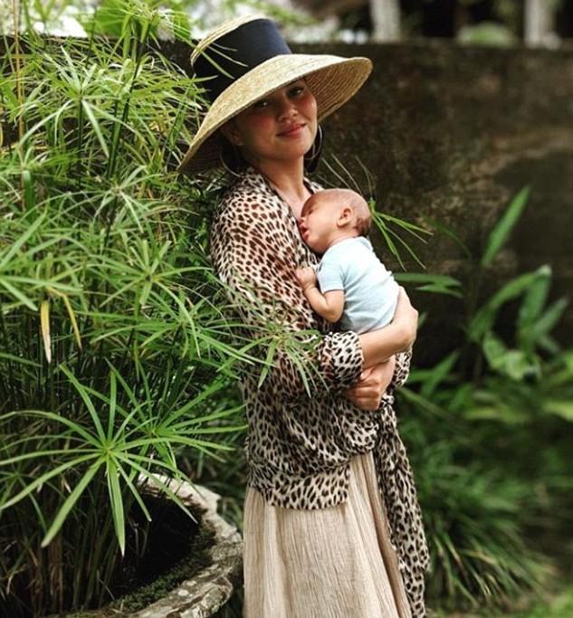 A modelo Chrissy Teigen com o bebê de dois meses (Foto: Instagram)