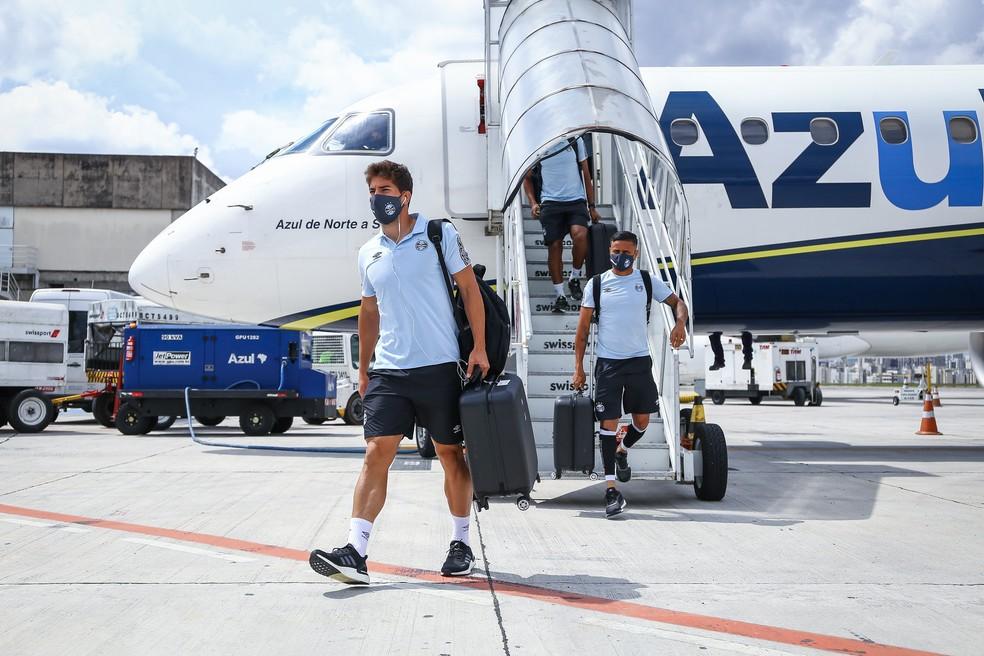 Jogadores do Grêmio desembarcam de avião após mais uma viagem na temporada — Foto: Lucas Uebel / Grêmio FBPA