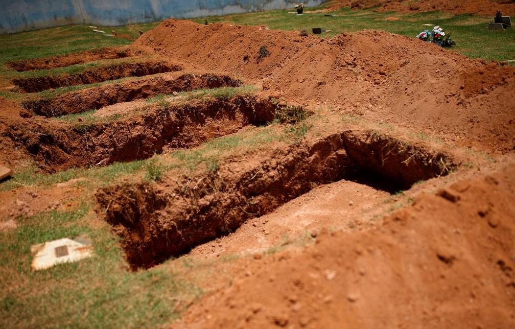29 de janeiro - Valas são abertas para enterro de vítimas do rompimento da barragem — Foto: Adriano Machado
