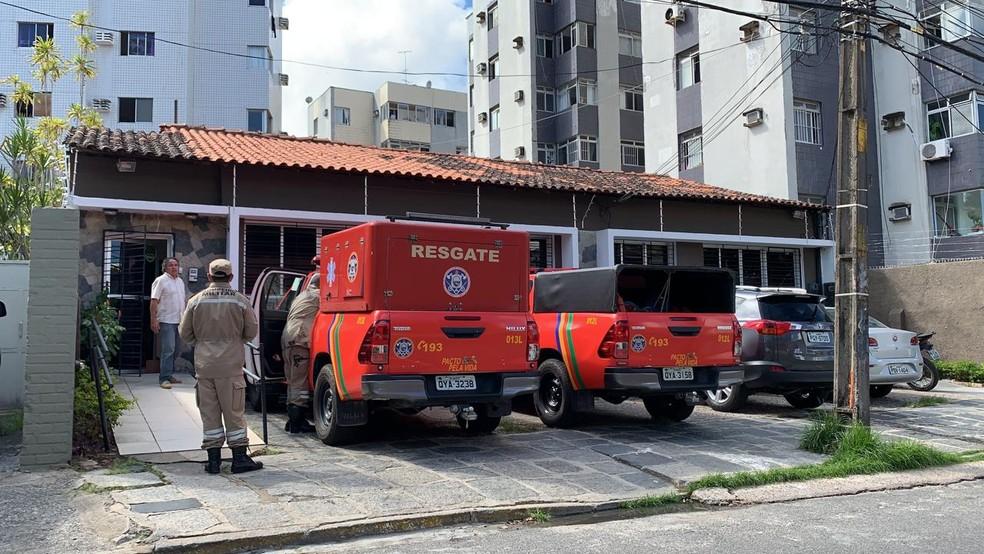 Bombeiros foram acionados para caso de mulher que morreu após cair em fosso de elevador — Foto: Manuella Antunes/TV Globo