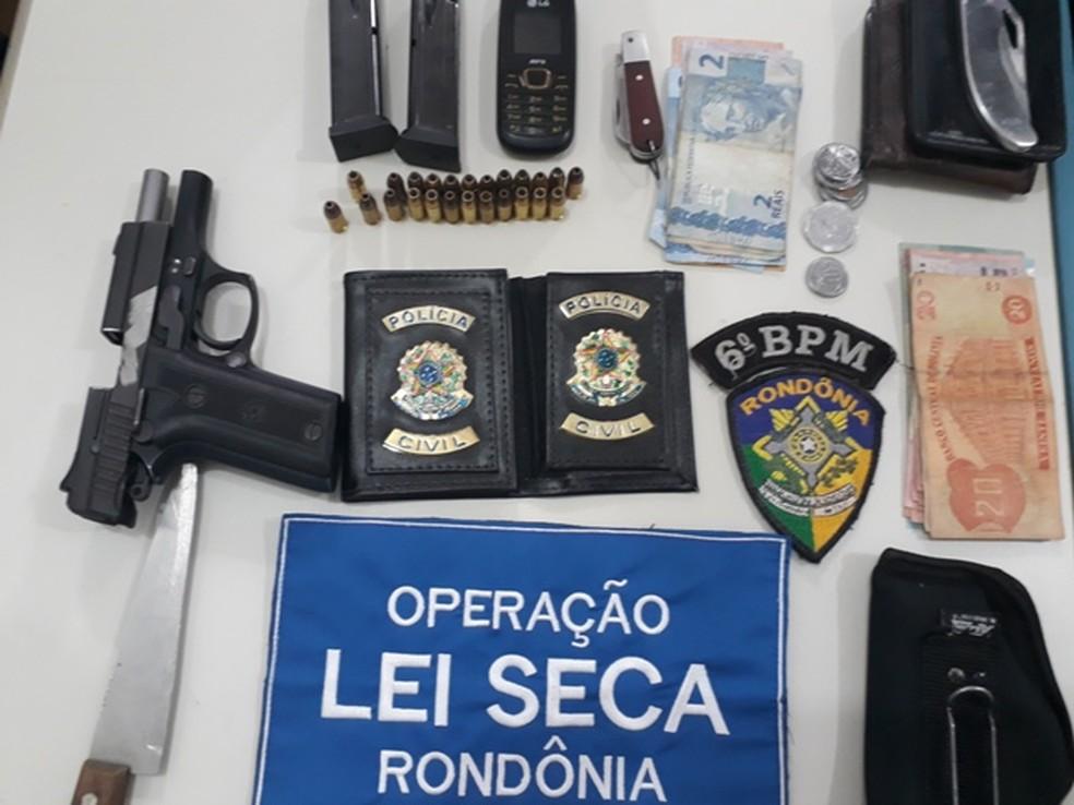 -  Suspeito é preso com arma de uso restrito durante blitz da Lei Seca em Guajará, RO  Foto: PM/Divulgação