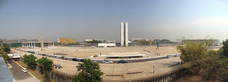 Praça dos Três Poderes, Brasília; A esquerda o STF, ao centro o Congresso Nacional, a direita o Palácio do Planalto (Foto: Arquivo Google)