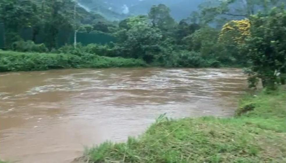 Rio Perequê teve formação de cabeça d'água após chuvas fortes — Foto: Addriana Cutino/G1