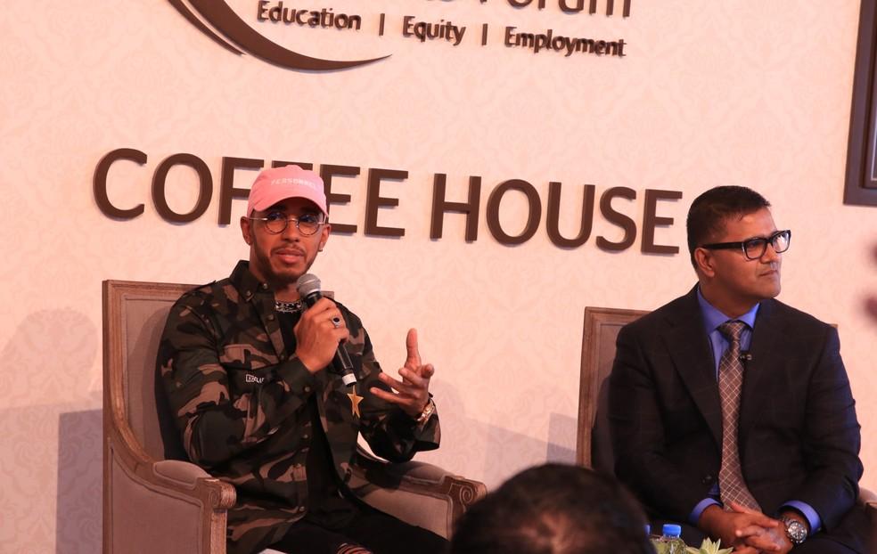 Hamilton participou de fórum sobre educação em Dubai (Foto: Fabrício Vitorino)