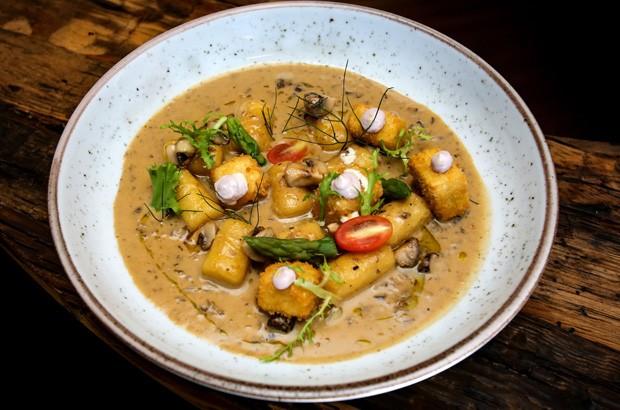 Receita de nhoque vegetariano leva molho de cogumelos e tofu crocante