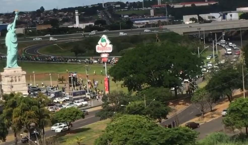 Manifestantes fazem protesto pela reabertura do comércio e por mais leitos em Bauru — Foto: Arquivo pessoal