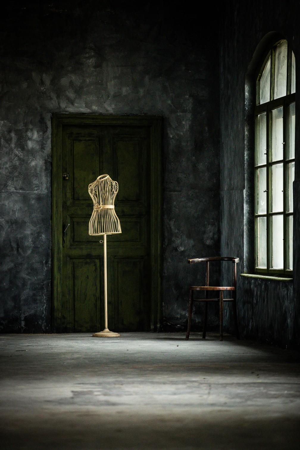 Objeto: 'Memento', manequim de um alfaiate em uma sala vazia. Para Zih, a quietude da cena evoca um sentimento de solidão e desperta memórias de lockdown — Foto: Kata Zih (Hungria)/Sony World Photography Awards
