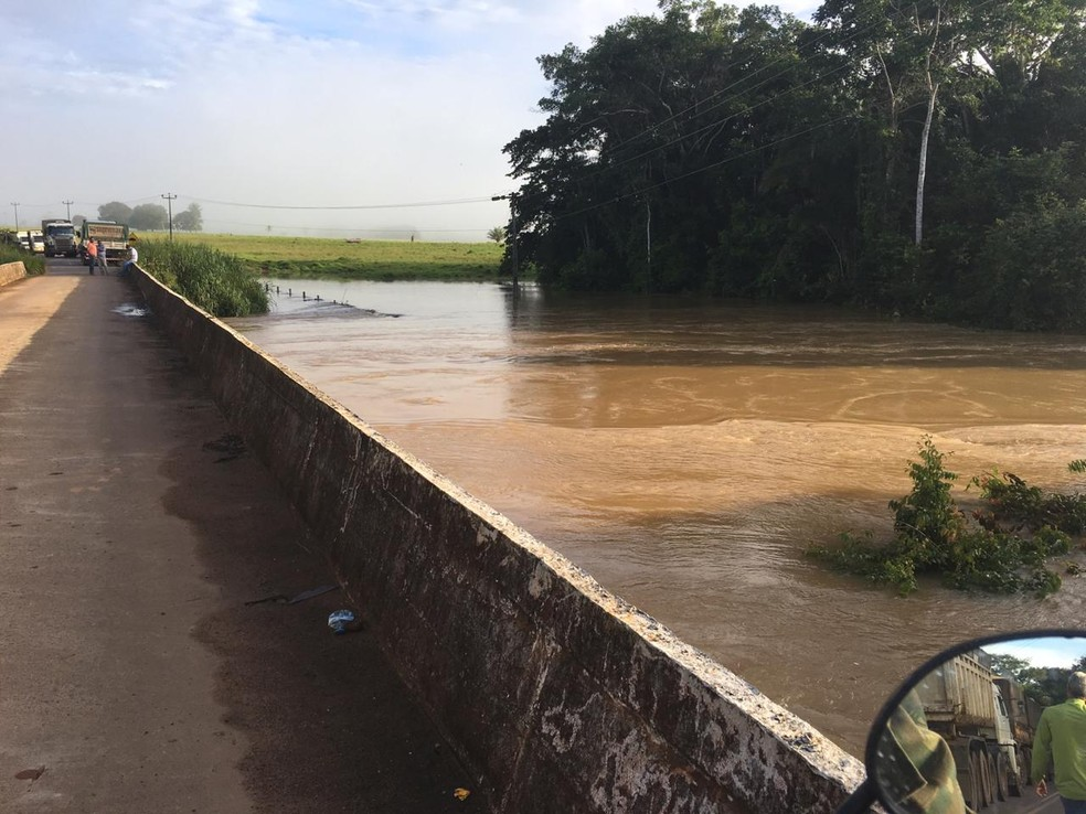 Água atinge ponte da RO-257, sentido Machadinho — Foto: PRF/Divulgação