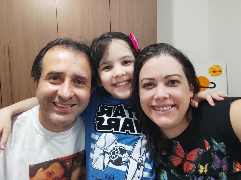 A pequena astrônoma e os pais, Jean Carlo e Zilma. — Foto: Arquivo pessoal