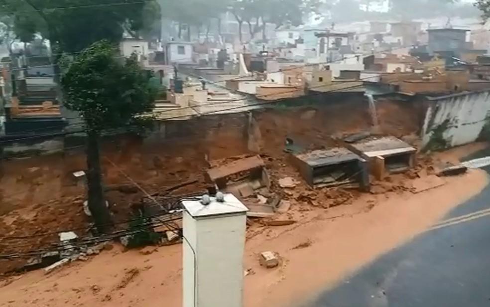 Muro de cemitério desaba durante chuva em Santo André — Foto: Divulgação