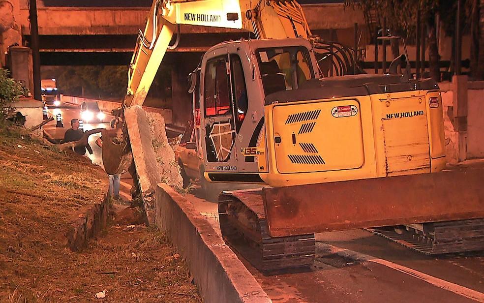 Rompimento de rede de esgoto na Marginal Tietê — Foto: Reprodução/TV Globo