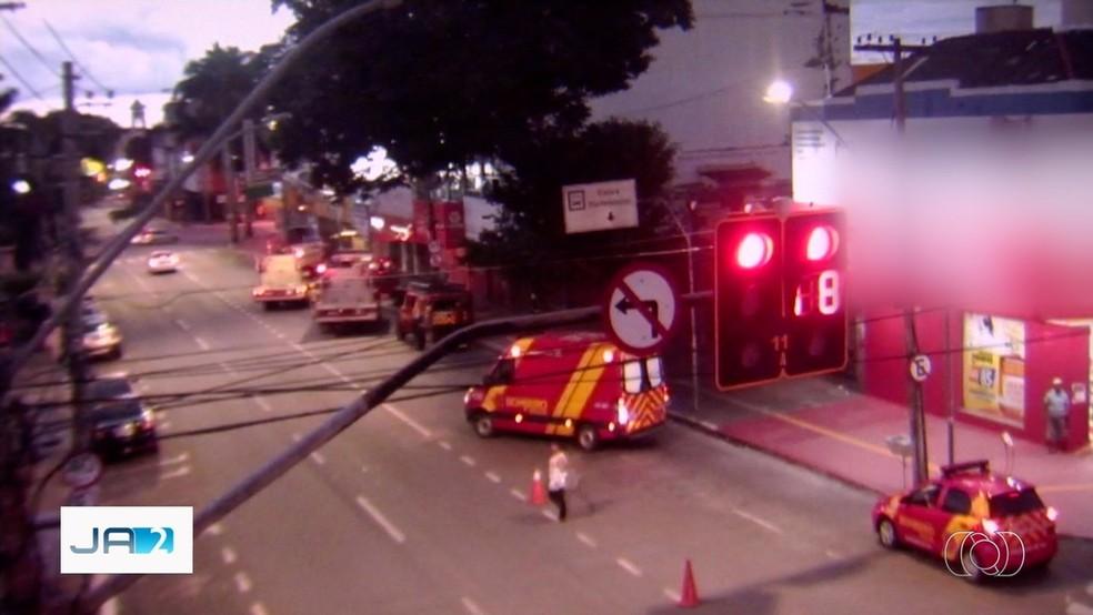 Após receber chamado sobre incêndio em prédio, Corpo de Bombeiros chegaram a fechar a Avenida Araguaia, no Setor Central — Foto: TV Anhanguera/Reprodução