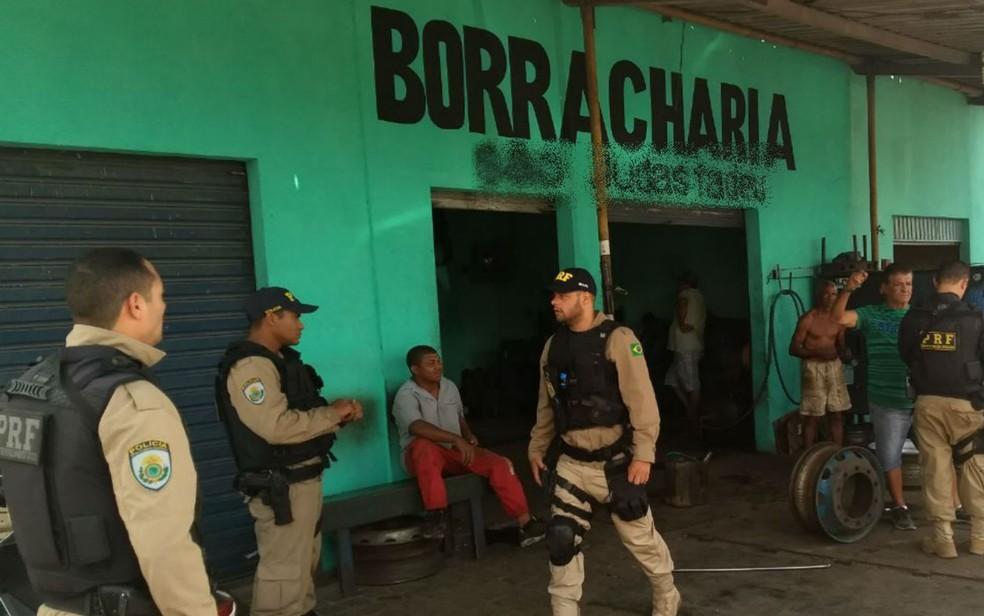 Uma pessoa foi presa em uma borracharia em Cabaceiras do Paraguaçu, na Bahia, por interceptação dos pneus roubados (Foto: Divulgação/PRF)