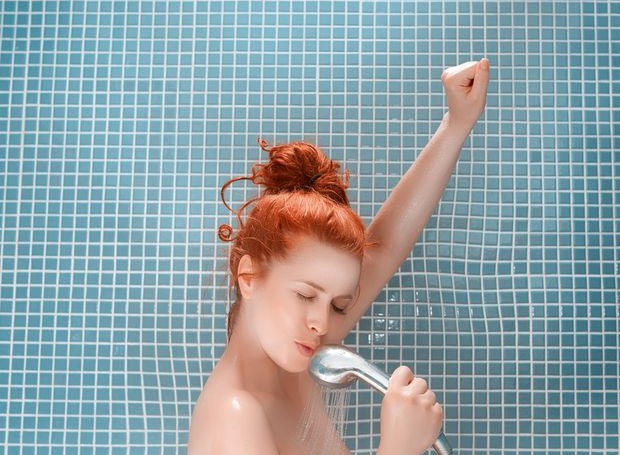 O banho deve ser aproveitado como um momento de cuidado pessoal, relaxamento e limpeza profunda (Foto: Getty Images)