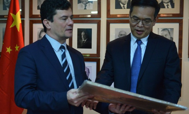 Ministro Sergio Moro troca presentes com vice-ministro da Justiça da China, Lin Rui