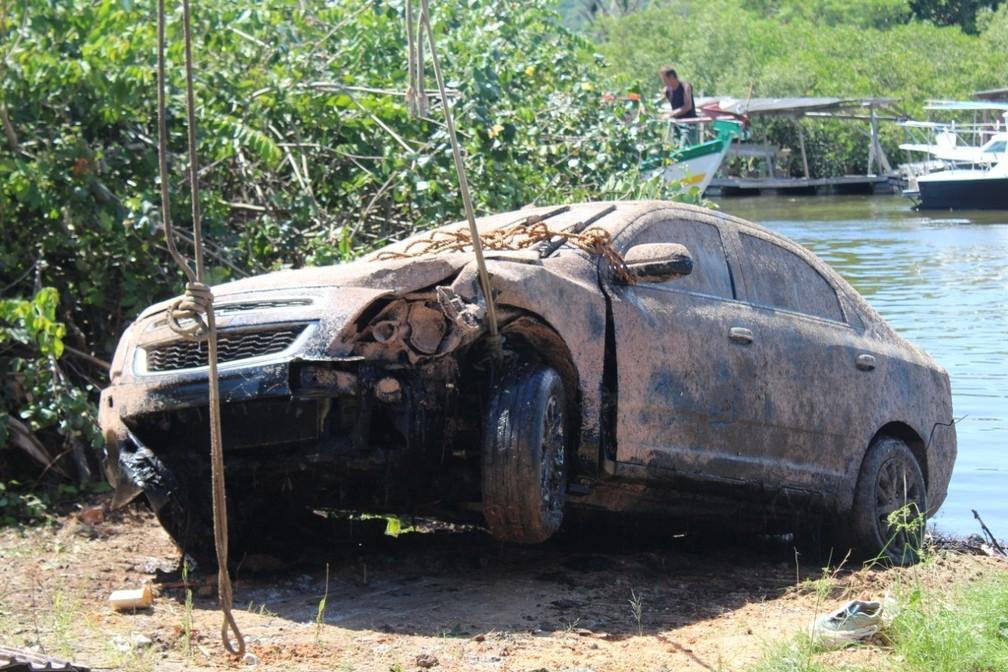 Corpo de empresário desaparecido é encontrado em carro no fundo do Rio Piçarras — Foto: Corpo de Bombeiros/Divulgação