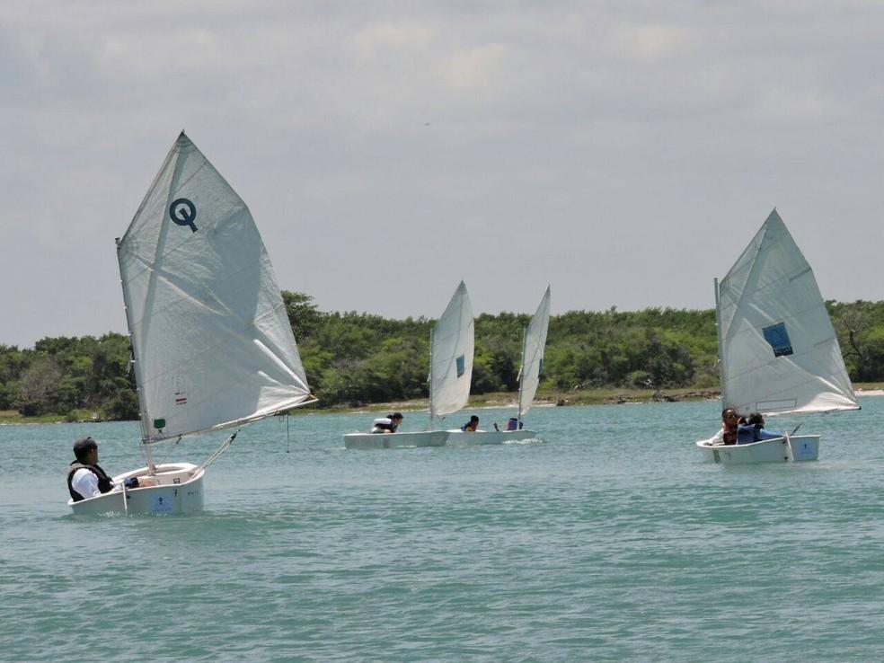 Crianças e adolescentes em atividade náutica promovida pelo Instituto Navegar  (Foto: Instituto Navegar/Divulgação )