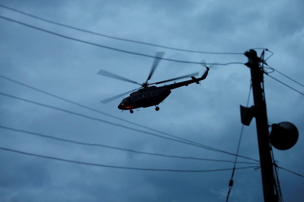 Helicóptero militar supostamente carrega os garotos resgatados perto da caverna em Tham Luang, na Tailândia, neste domingo (8). (Foto: Reuters/Soe Zeya Tun)