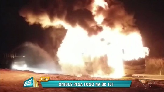 Ônibus fica destruído após pegar fogo na BR-101, em Guarapari, ES