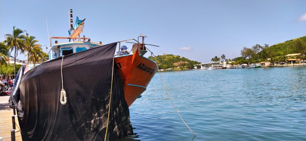 Donos de embarcações de passeios turísticos protestam contra decreto que proíbe a atividade em Cabo Frio, no RJ — Foto: Paulo Veiga/Inter TV RJ