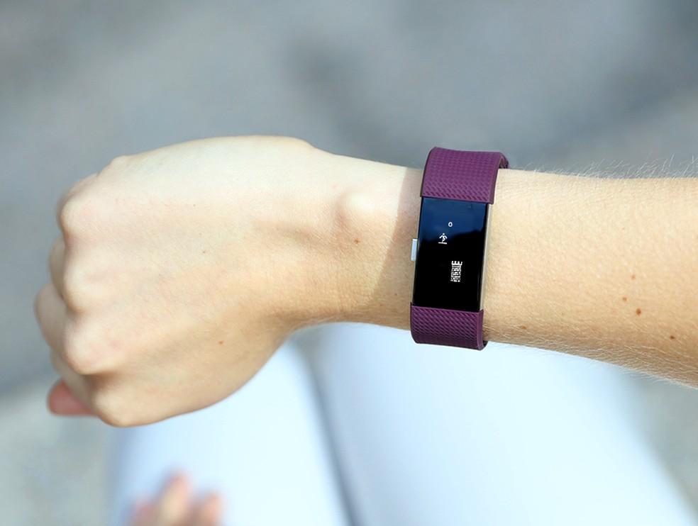 Pulseira inteligente da Fitbit, que permite medir passos, batimentos cardíacos, entre outras funções. — Foto: Divulgação