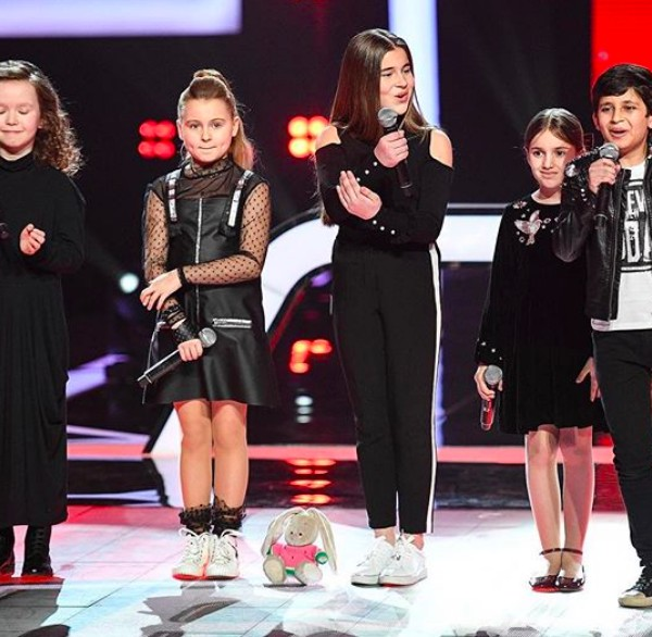 Mikella Abramova com seus concorrentes no The Voice Kids russo (Foto: Instagram)