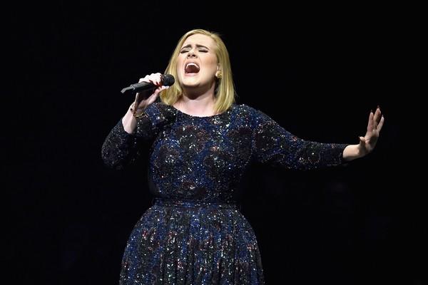 Adele durante apresentação em Los Angeles (Foto: Getty Images)