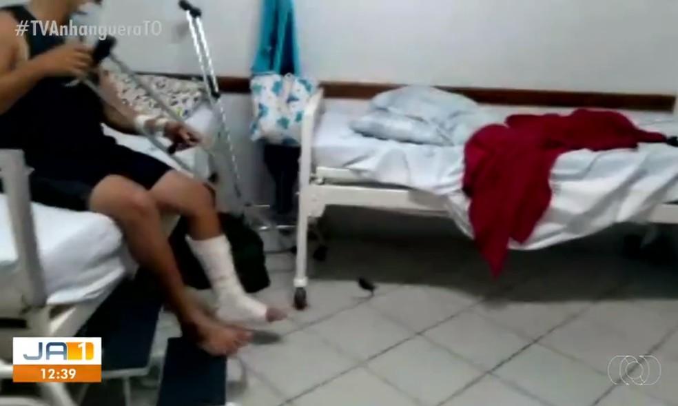 Momento em que paciente conseguiu atingir o rato em hospital com muleta — Foto: Reprodução/TV Anhanguera