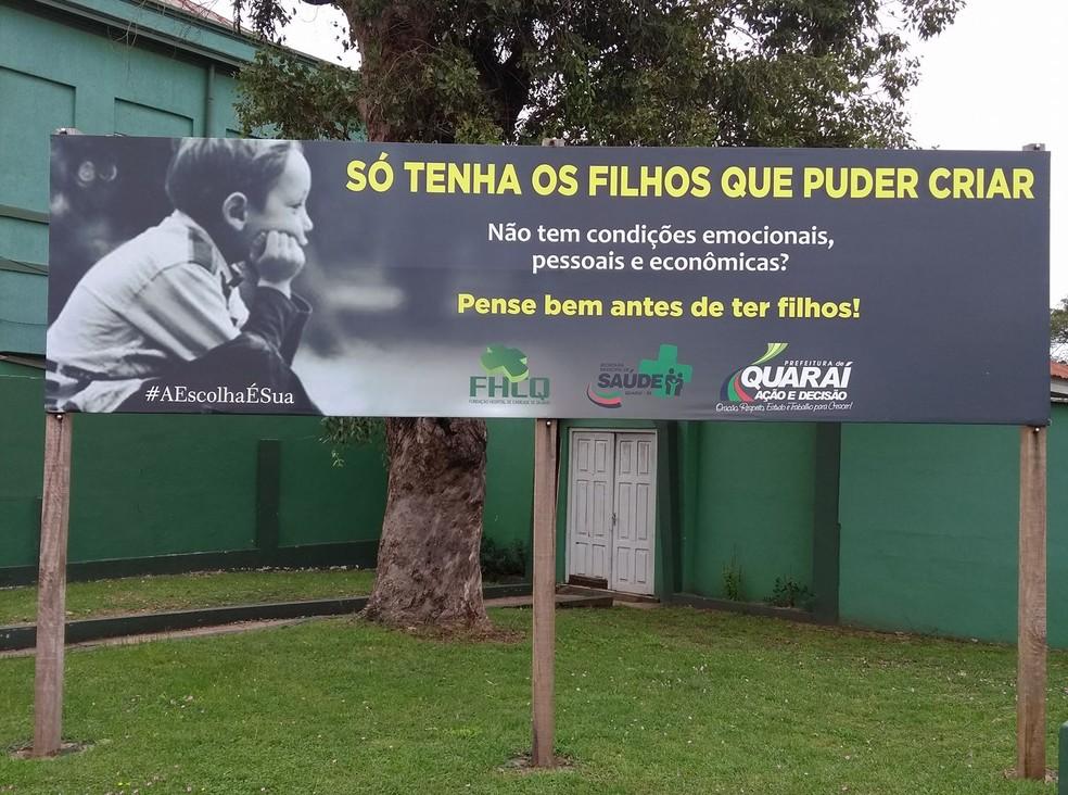 Outdoor foi fixado pela prefeitura ao lado do hospital de Quaraí (Foto: Sinara Fernandez/Arquivo Pessoal)
