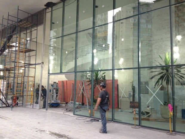 Operários instalavam vidros blindados na fachada da Câmara Municipal de São Paulo nesta terça-feira (26). Grades também foram instaladas no prédio, que fica no Centro da cidade, para impedir a invasão de manifestantes. Em 15 de outubro, integrantes do Movimento dos Trabalhadores Sem Teto (MTST) tentaram entrar no edifício.  (Foto: Roney Domingos/G1)