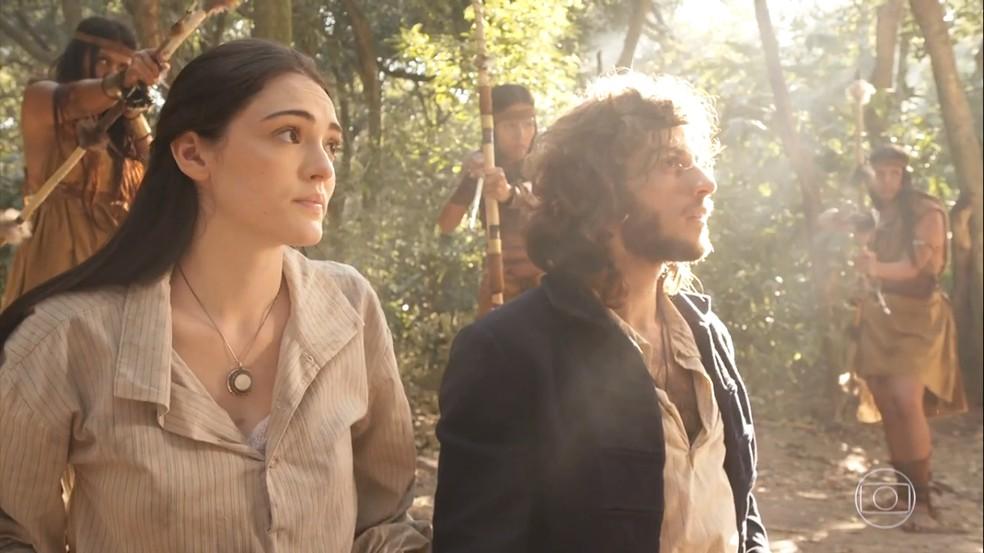 Após se safarem da explosão do navio, Anna (Isabelle Drummond) e Joaquim (Chay Suede) precisam lidar com as índias Icamiabas, em 'Novo Mundo' — Foto: TV Globo