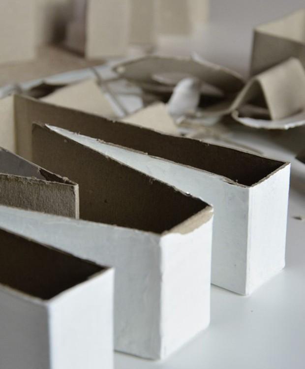 Molde aberto, já com a vaselina spray, pronto para receber a mistura de concreto e água (Foto: Pinterest/Reprodução)