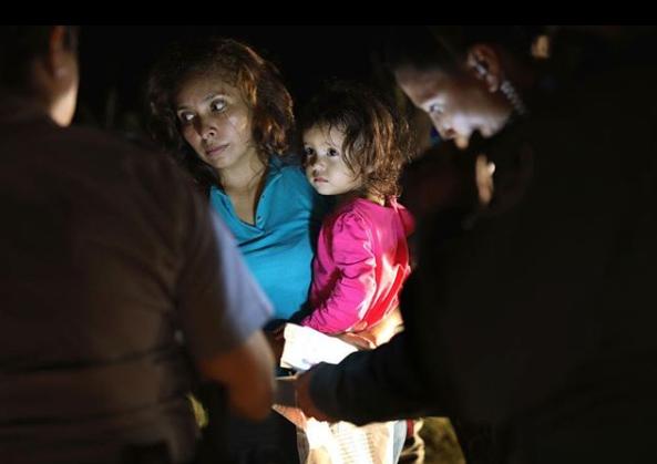 Menina imigrante cuja foto circulou o mundo  (Foto: Reprodução Instagram/John Moore)