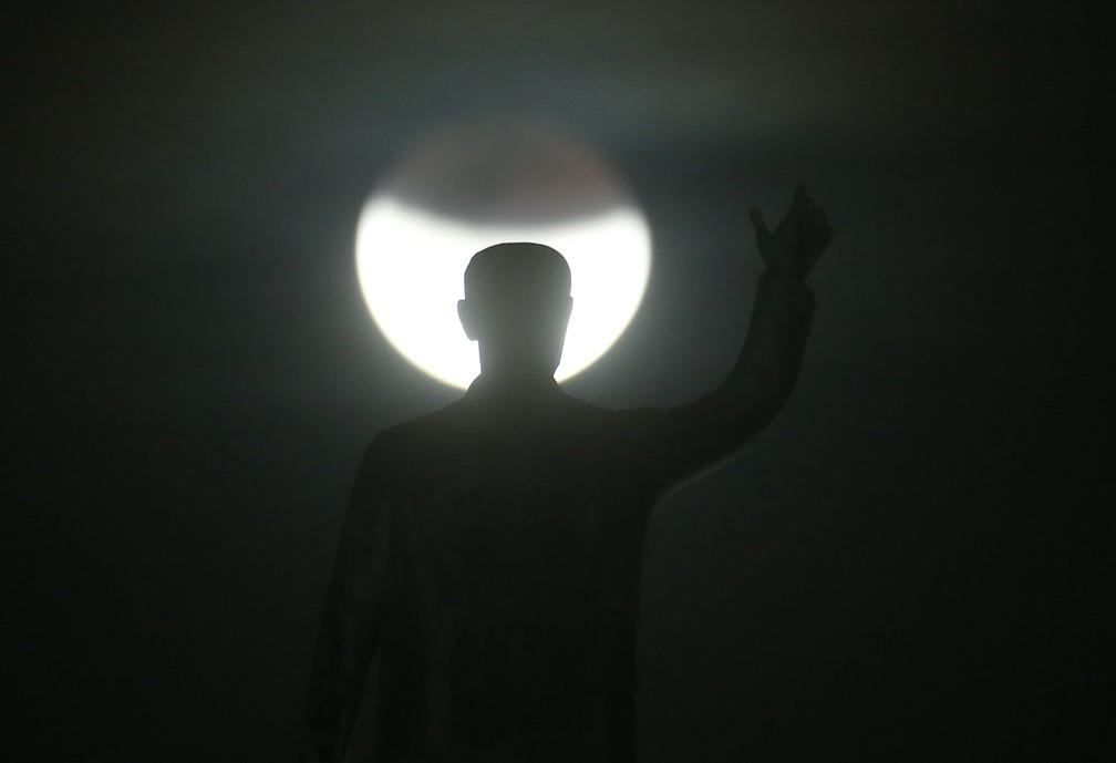 Lua cheia vista a partir da Torre de TV, em Brasília, durante o mais longo eclipse lunar do século 21, nesta sexta-feira, 27. (Foto: DIDA SAMPAIO/ESTADÃO CONTEÚDO)