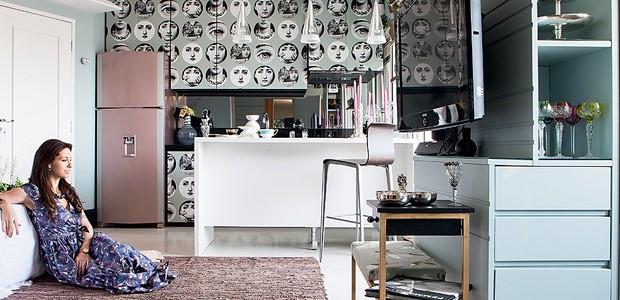 """A audácia da interior stylist Melany Kuperman na cozinha foi o papel de parede nos armários. """"Como quase não preparo comida, foi possível"""", conta. Mas nada fácil. O material, comprado em Londres, foi primeiro para o Canadá antes de vir para o Brasil (Foto: Lufe Gomes/Casa e Jardim)"""