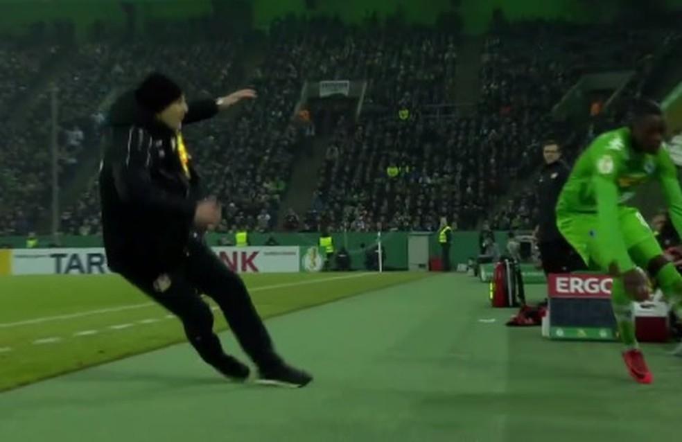 Heiko Herrlich simula agressão (Foto: Reprodução / DFB)