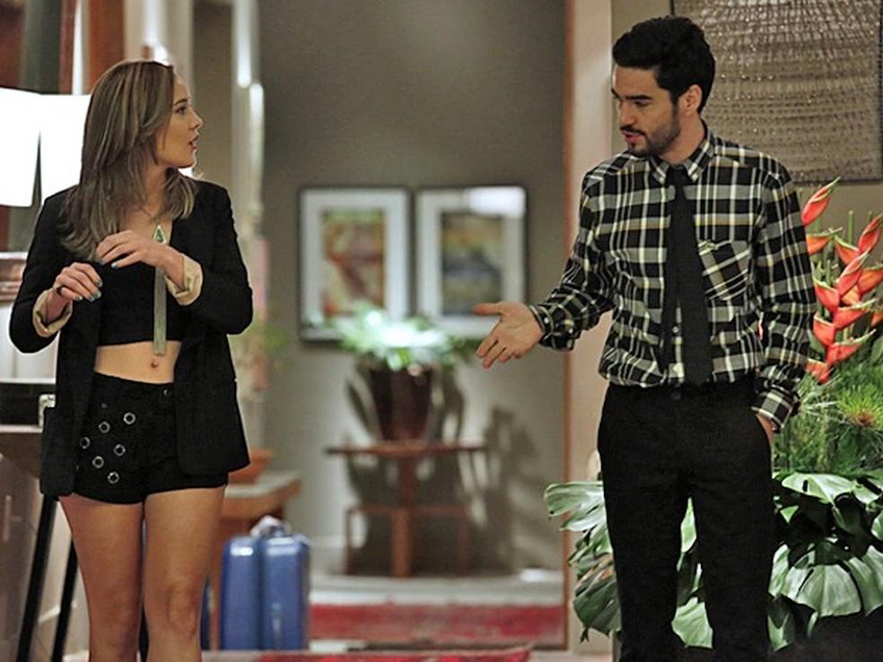 Amanda (Adriana Birolli) diz a José Pedro (Caio Blat) que deseja conhecer Danielle (Maria Ribeiro) - 'Império' — Foto: Fábio Rocha/Globo