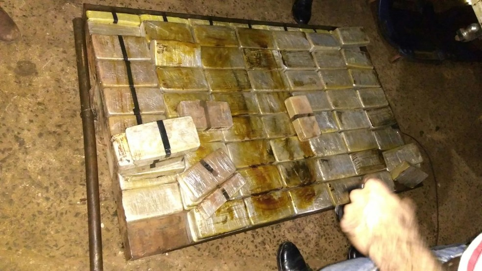 Policiais encontraram 136 tabletes de pasta base de cocaína no veículo (Foto: Polícia Militar de MT)