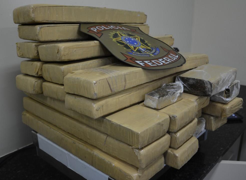 Tabletes de maconha foram encontrados em táxi, em Paulista, no Grande Recife (Foto: Ascom/PF)