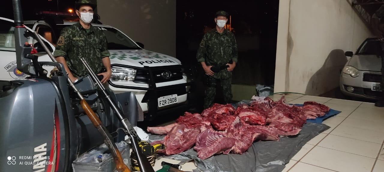 Dupla é autuada em R$ 137 mil e presa após ser surpreendida com armas e quase 140 quilos de carne de capivara