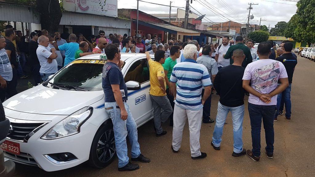 Taxistas protestam contra liminar que exige fiscalização de 'táxi compartilhado' em Porto Velho