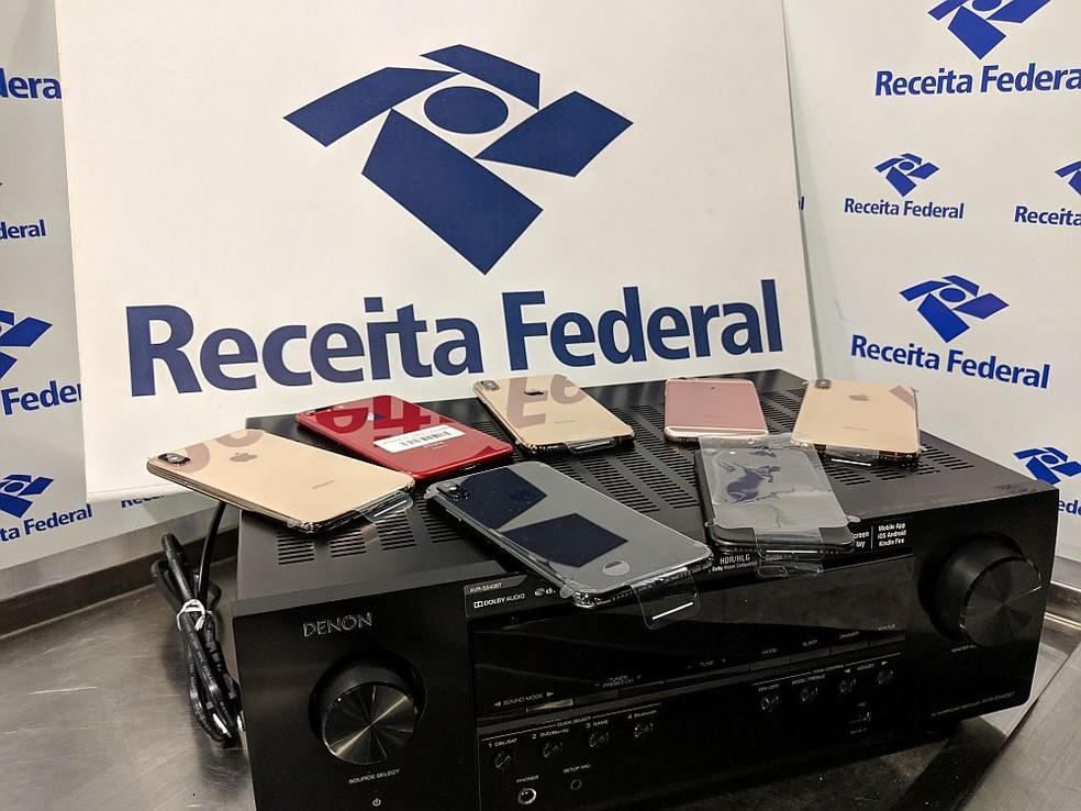 Sete celulares foram encontrados dentro de aparelho de som, na bagagem de um passageiro, no aeroporto do Recife — Foto: Receita Federal/Divulgação