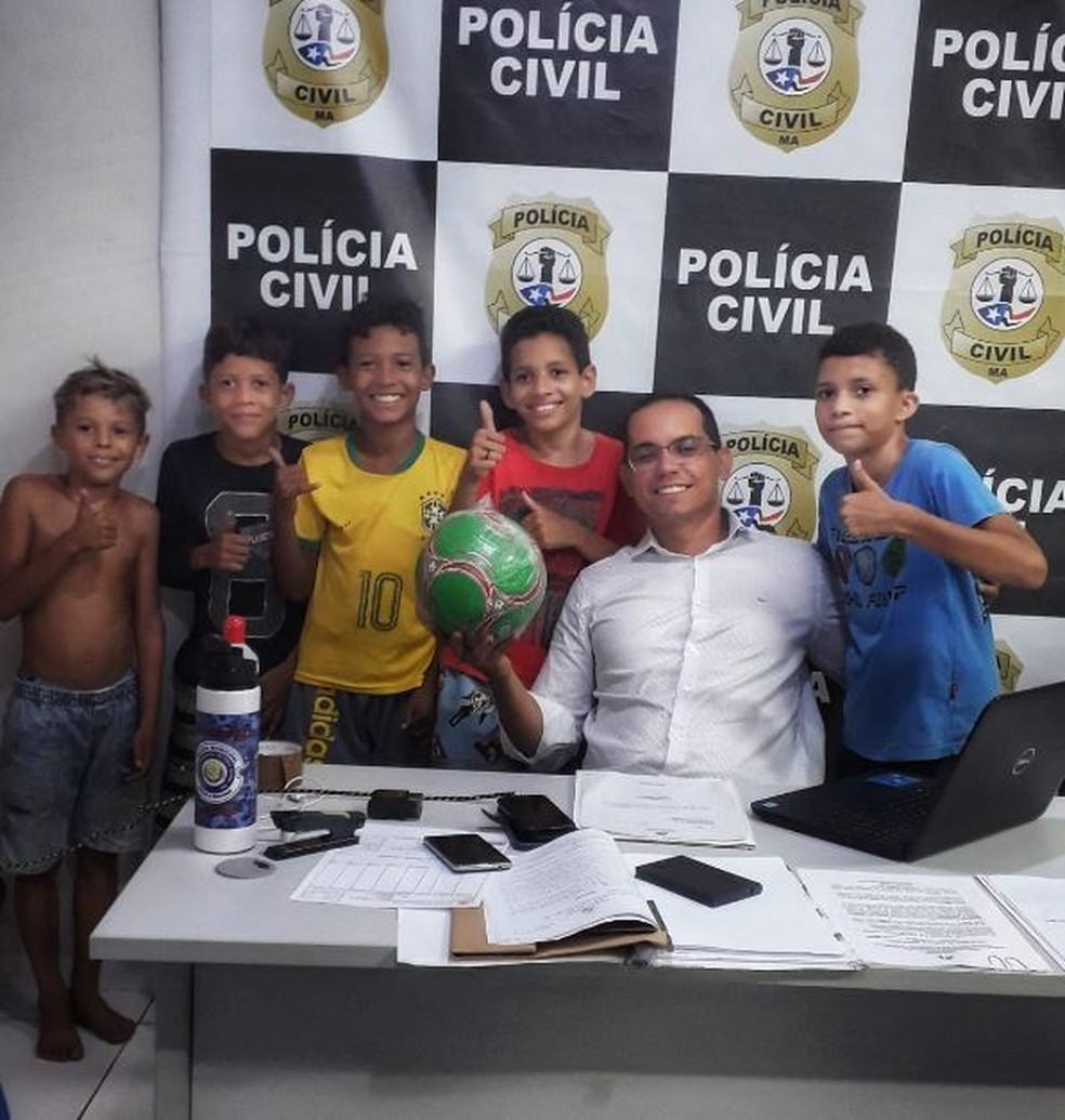 Delegado compra nova bola para meninos em Presidente Dutra.  — Foto: Divulgação