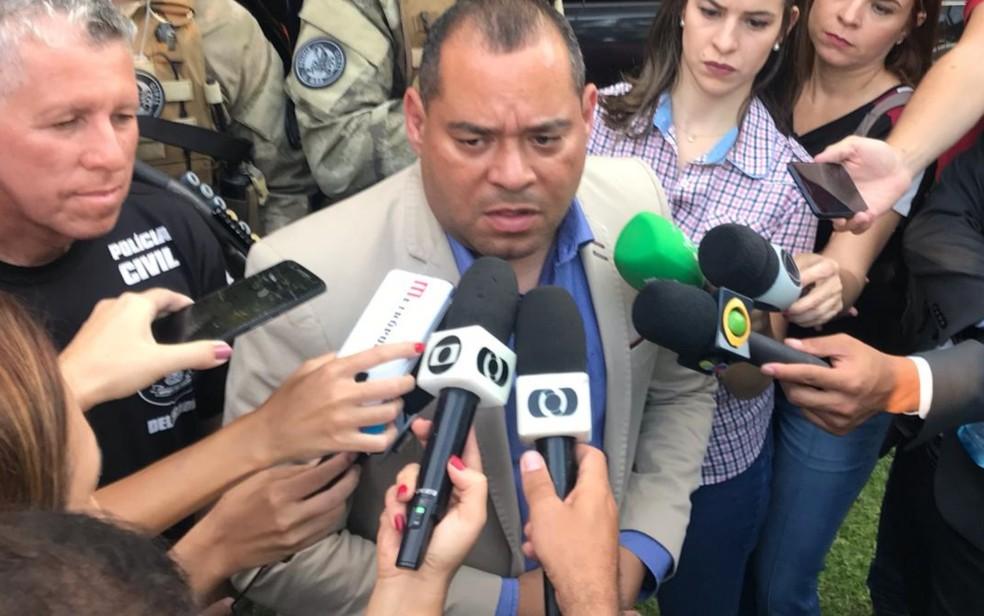 O delegado-geral da Polícia Civil de Goiás, André Fernandes, fala em entrevista à imprensa sobre a prisão de João de Deus — Foto: Vitor Santana/G1