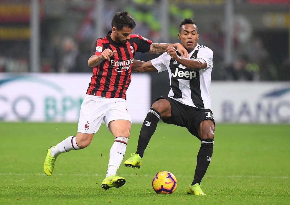 Alex Sandro disputa a bola pela Juventus em clássico diante do Milan, no domingo passado — Foto: REUTERS/Alberto Lingria