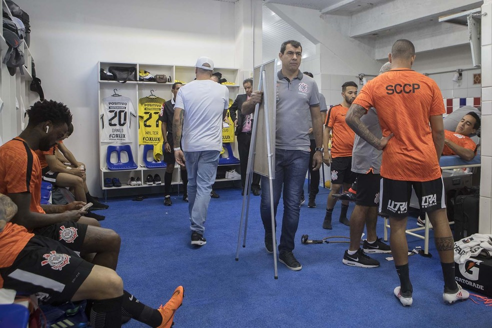 Fábio Carille e jogadores do Corinthians no vestiário da equipe (Foto: Daniel Augusto Jr/Ag.Corinthians)