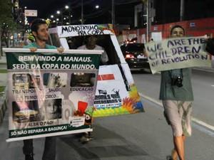 Manifestantes confeccionaram réplica do monotrilho  (Foto: João Paulo Maia/Globoesporte.com)