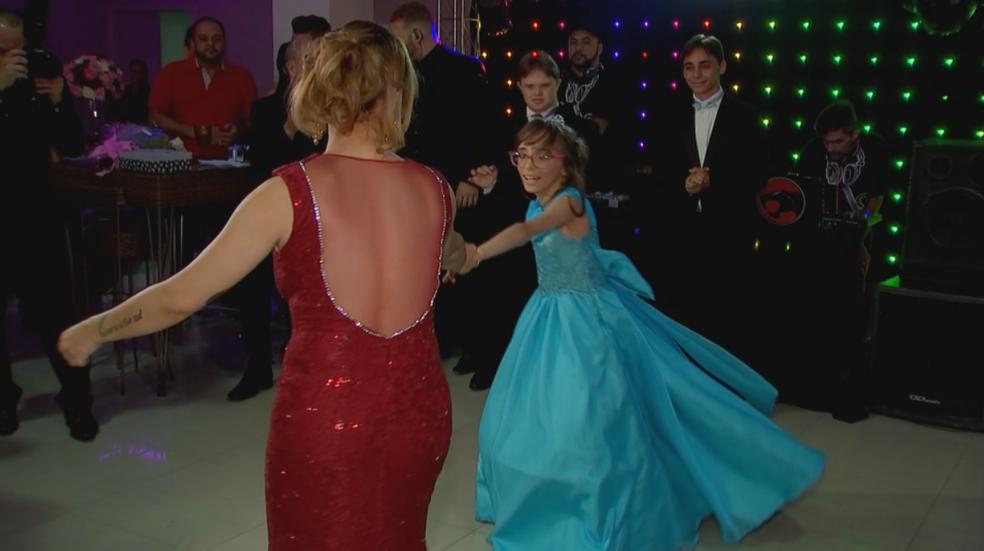 Aniversariante dançou com sua mãe em festa de 15 anos (Foto: Reprodução/TV TEM)